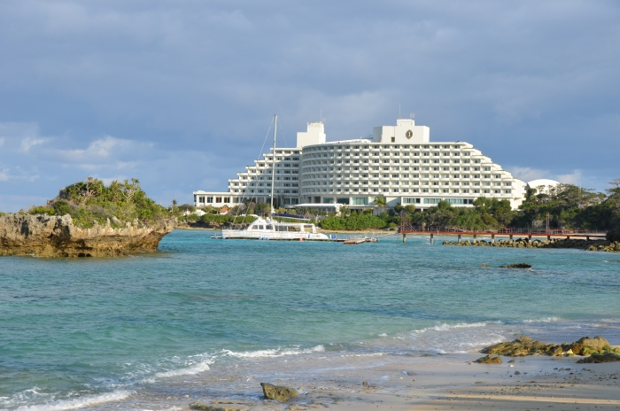 酒店外形像艘邮轮,独霸海角,每间客房都可看到无敌海景。