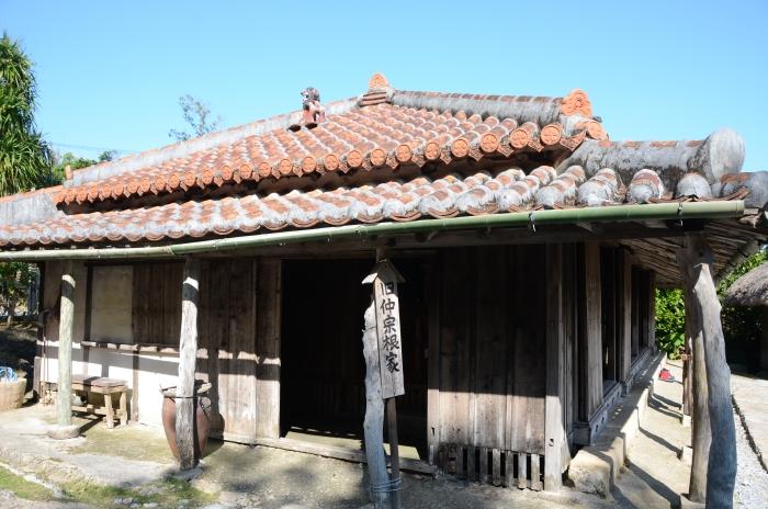 旧时的冲绳民宅,红屋瓦上正中央一定会放置传说能够辟邪挡煞的风狮爷。
