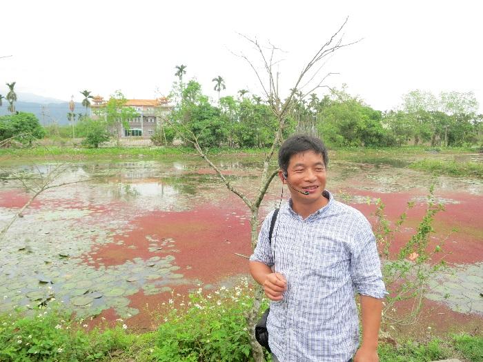 老板徐志雄对水草有深厚的感情和知识。后方池塘上的为满江红,一种浮水性蕨类。