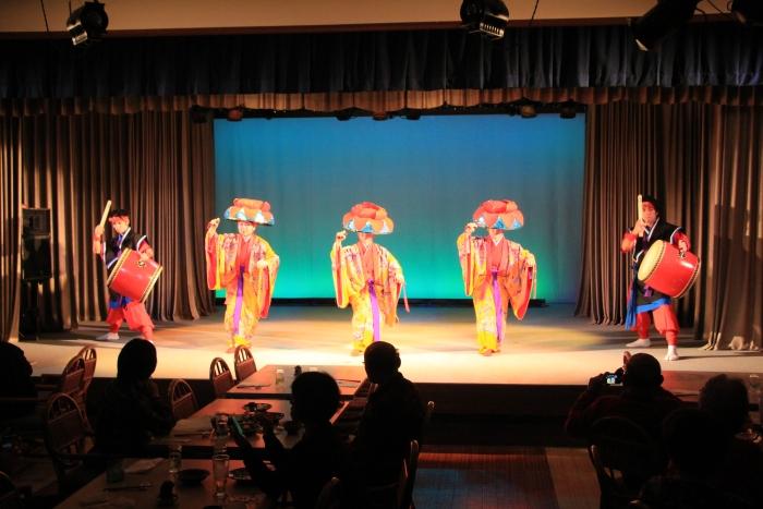 琉球传统舞蹈牵动人心,大家都顾着欣赏,忘了美食当前。