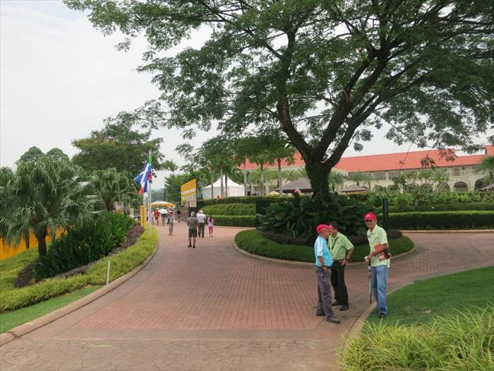 深受瞩目的赛事,让敞大的高尔夫球场人影处处。