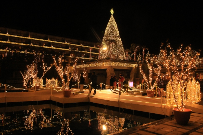 Kanucha Bay饭店每年都会举办璀璨灯节,有兴趣者可让婚庆公司安排举行一场夜间婚礼。