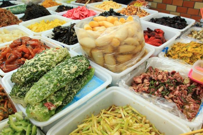 市场里还有许多档口售卖在地小吃,一眼望去五颜六色,非常开胃。