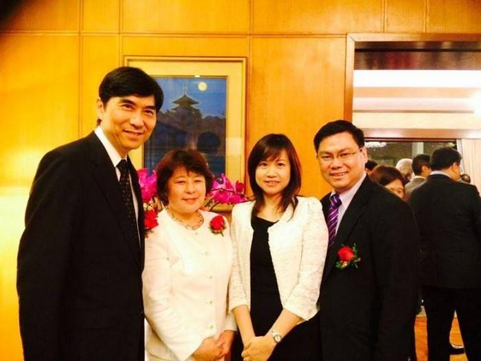 (左起)日本驻新加坡大使竹内春久夫妇,以及新加坡新加坡蘋果旅遊执行董事张炳珊夫妇。