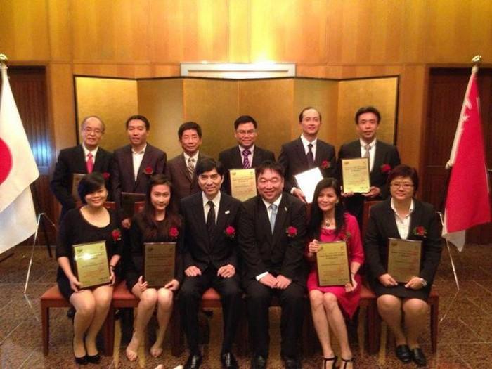 """""""新加坡 ‧ 2013年日本旅游奖""""颁发仪式在日本驻新加坡领事馆进行。图为十大获奖旅行社。"""