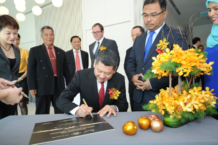 集团董事经理拿督李益辉签下具有开拓性的一刻,由甲首长(左)见证。