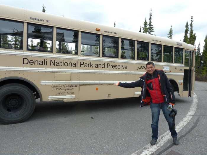 """来,跟李桑一起登上森林巴士,乘坐两个小时到目的地——北美最高山""""Mt.Mckinley"""" !"""