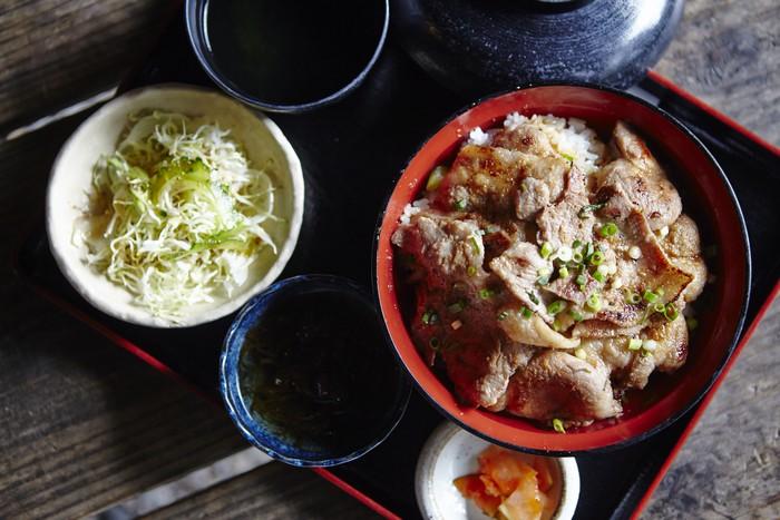阿咕猪姜汁烧肉盖饭 肉片非常有嚼劲,浓浓的姜香味掺和着猪肉鲜味,赞!