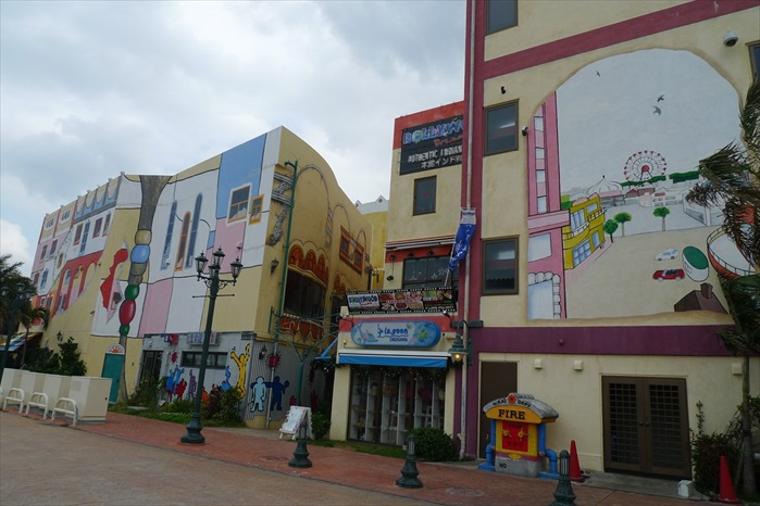 美国村的许多商店外墙,都画上许多色彩鲜艳的壁画,让人忍不住拍照,留下倩影。