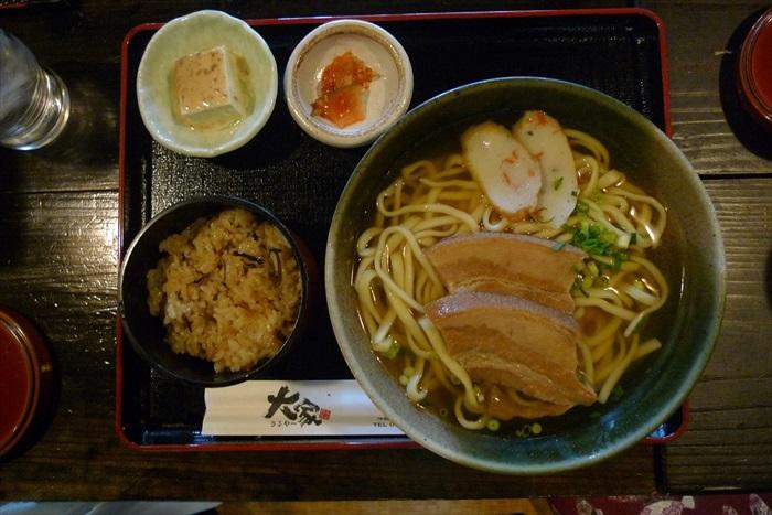 """美味的三层肉冲绳面及冲绳炒饭,搭配小菜,是常见的冲绳定食。我们在冲绳百年老店""""大家""""享用一顿丰盛的午餐。"""