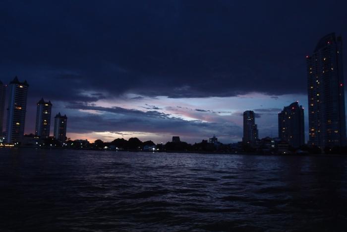 抵达时,对岸的景色呈现的是即将入夜的交界线,难得的分明。