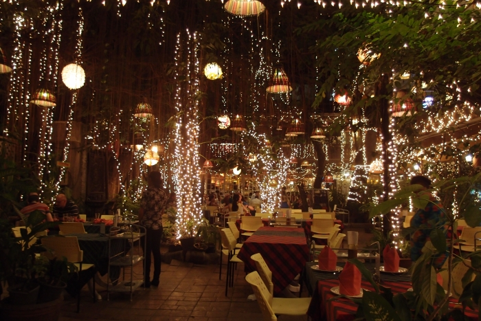 大树下凉爽的室外餐厅