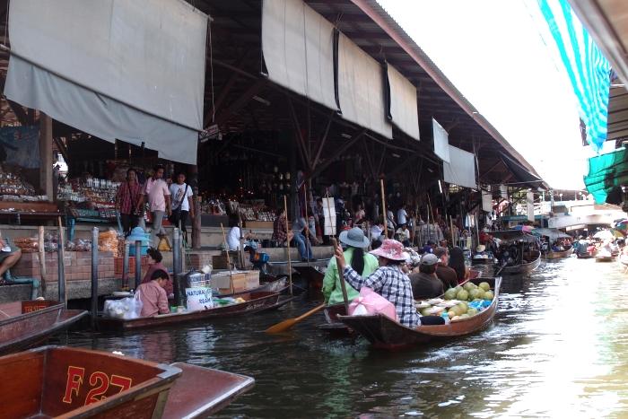 一边划船,一边叫卖。