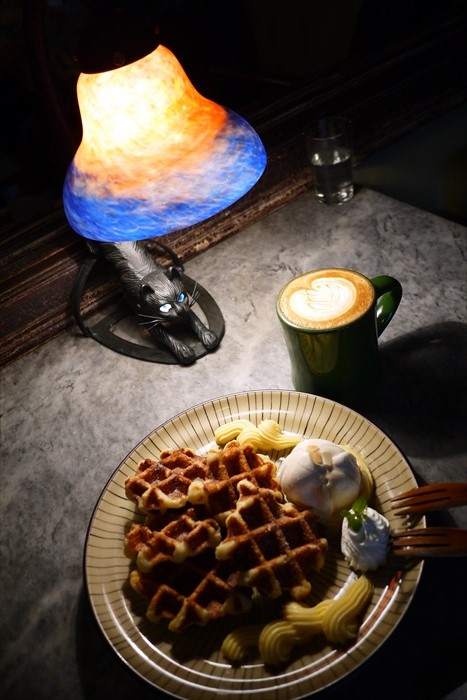 现点现做的比利时鬆饼配上香浓咖啡,就算一个人也悠然自得,静静体会光影的故事。