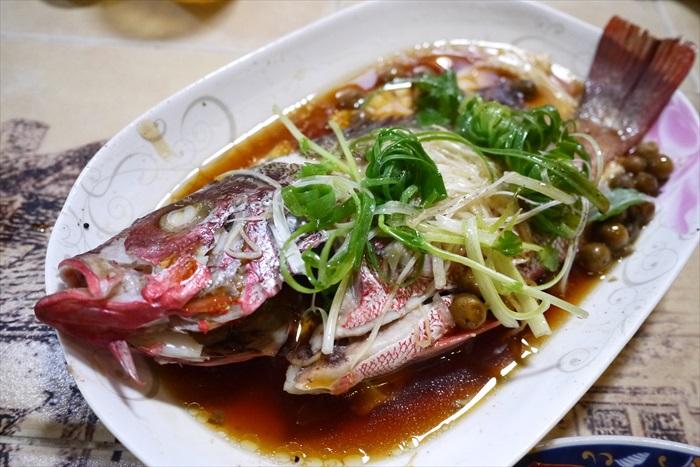 老闆娘当天到菜市场採购的新鲜蒸鱼。