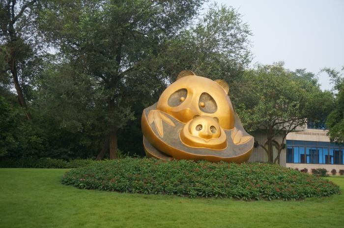 这是成都的大熊猫研究基地。其实,它的全名是「成都大熊猫繁育研究基地都江堰繁育野放研究中心」。