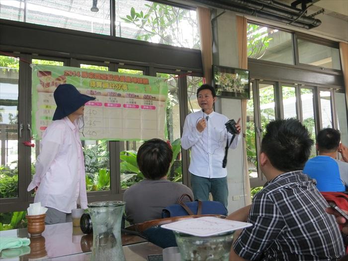 导览之前,馆主吴文平先向媒体解说关于薰之园的背景故事。