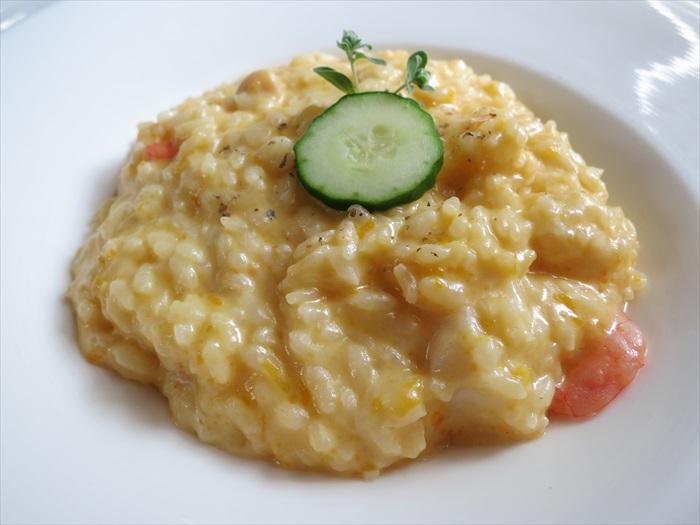 南瓜海鲜炖饭:浓郁的芝士香味外加时而出现南瓜沙沙口感,味道很富足。在金色米饭沙丘内寻找各种海鲜,也是一种饮食乐趣。惟记得吃它要趁热。