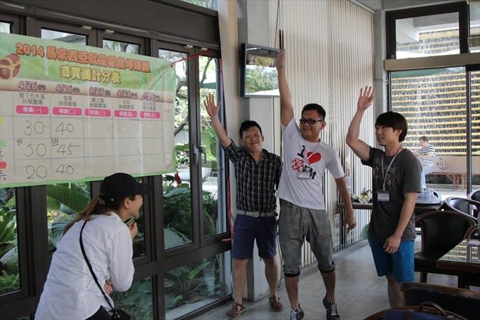《爱FM》金龙先生(中),要举得快,而非举得高哟,你看,《商海》的彭健伟(左)都忍不住鄙视你XD