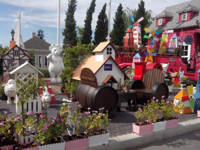 入口外面,精巧的小熊小镇。