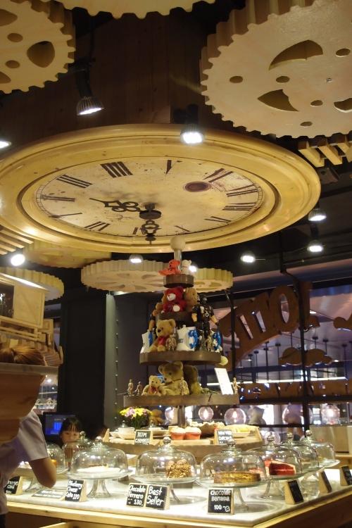 店面中心有个很大的钟哦!