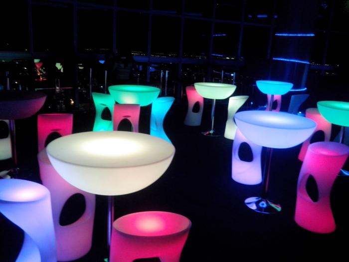 音乐桌椅,会随着音乐舞动变换不同的颜色哦!