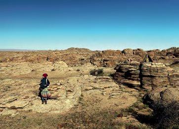 蒙古除了无垠的草原,还有其他独特的地理面貌, 图为靠近戈壁滩的小岩石山。