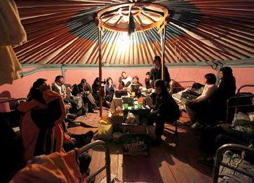 带领团员前往蒙古草原体验游牧般的生活, 那里没有酒店,只有蒙古包。