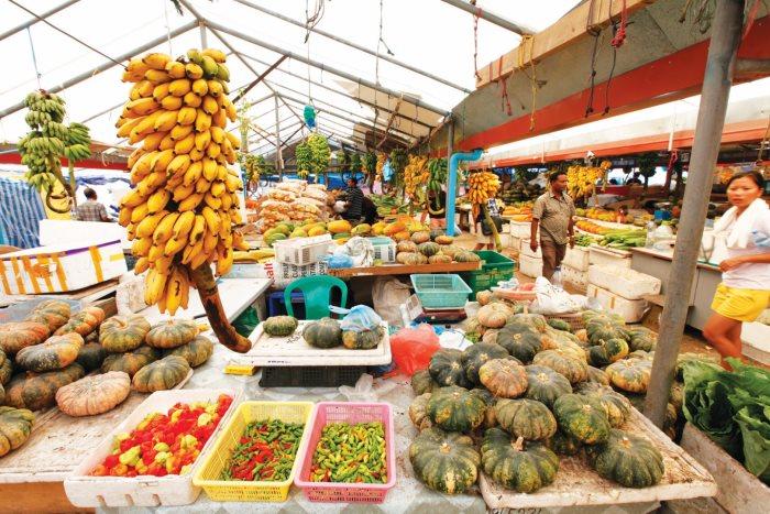 当地市集,各中各样的蔬果。