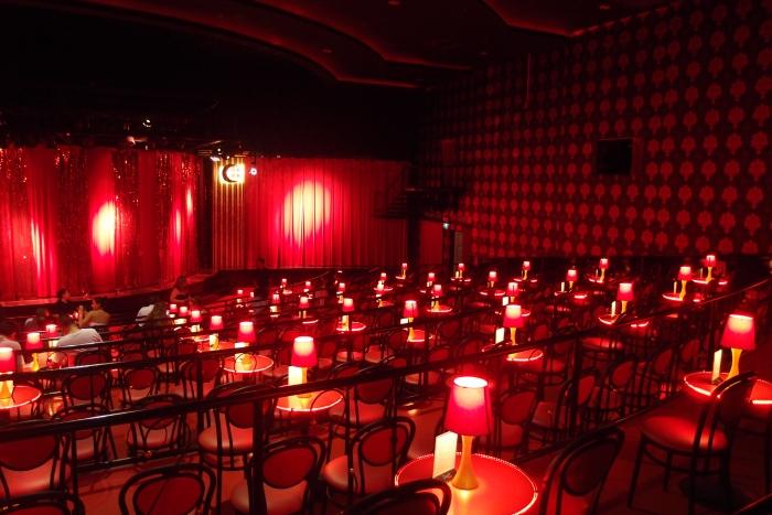 霓虹灯下的舞台,环境不会很狭窄,很有气氛!