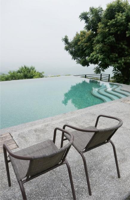 具有绝佳视野的无边际山泉戏水池。
