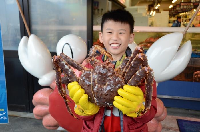 能够在产地吃新鲜帝王蟹,怎能不笑逐颜开?