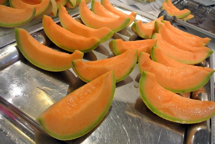 淡橙色的果肉配上翠绿色果皮,甜如蜜的夕张蜜瓜就是这副模样。