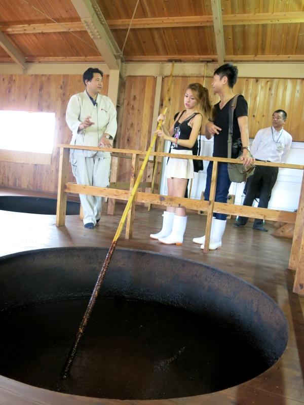 参观汤浅酱油制作厂。