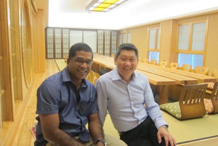 亚航X 商务总监Bernard Francis(左)造访蘋果旅遊,与蘋果旅遊集团董事经理拿督斯里李益辉太平绅士相见欢。
