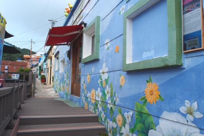 文化村里巷弄旁的休闲咖啡厅,壁画好美~