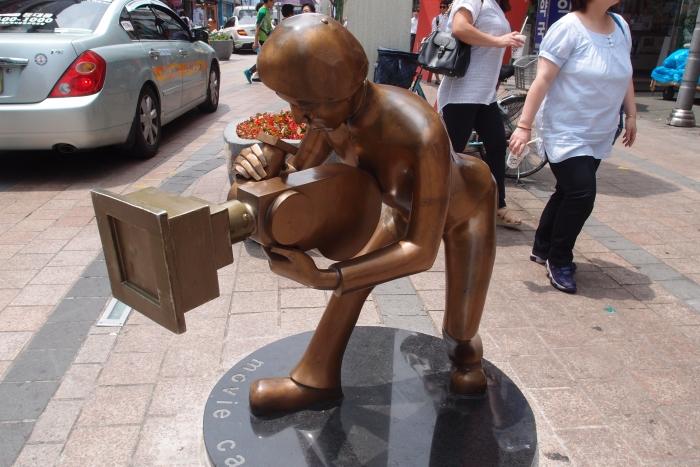 """附有象征性的一个,名为""""movie cameraman""""的铜像。"""