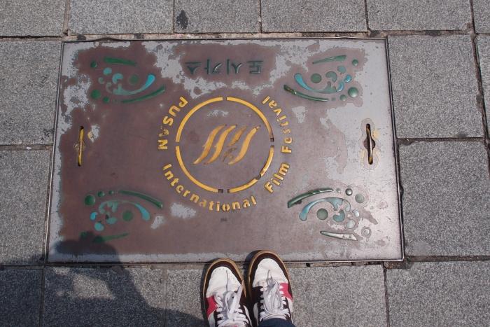 想象这里曾经有许多国际影星脚踩此地的场景!