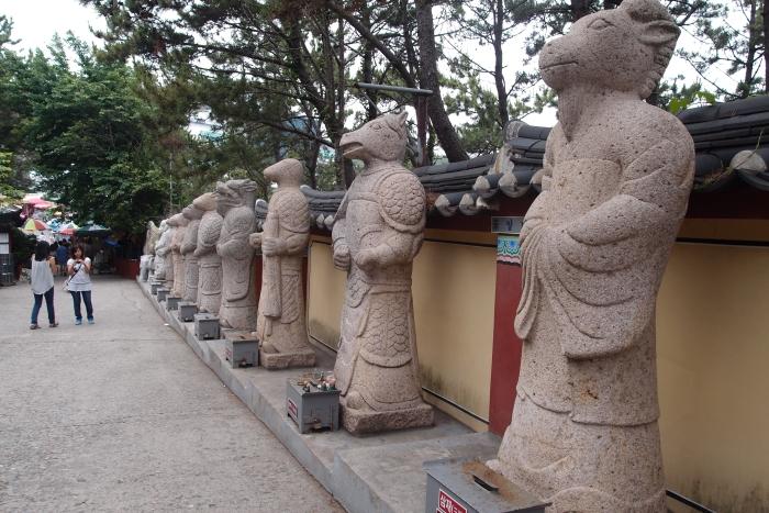 首先迎接我们的是韩国十二支像,也就是十二生肖。