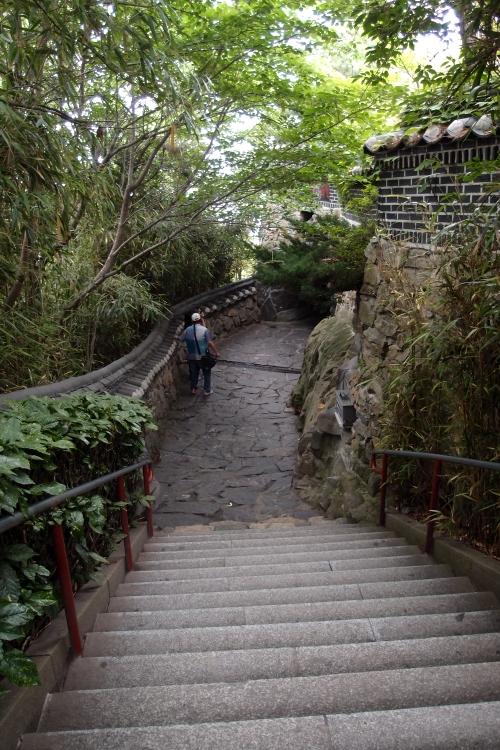 想不到还需要经过高高低低的阶梯...