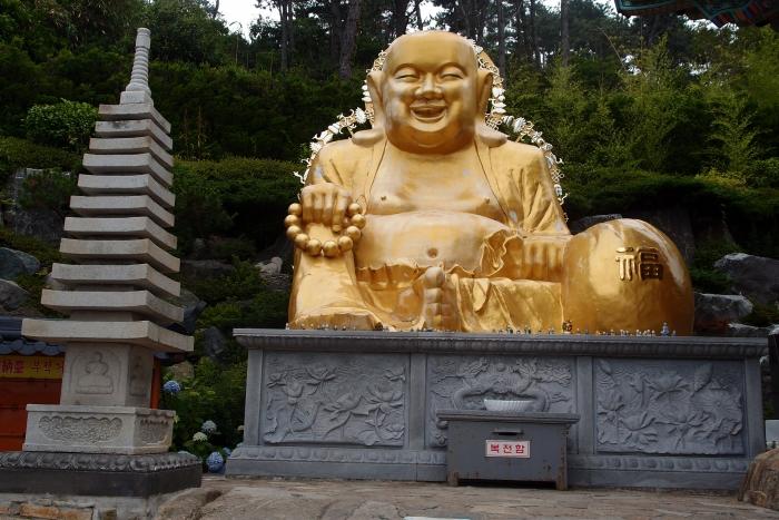 各角落也有不同的佛尊,此为弥乐佛。