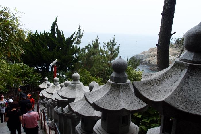未到寺庙,在高处已能看到海景...