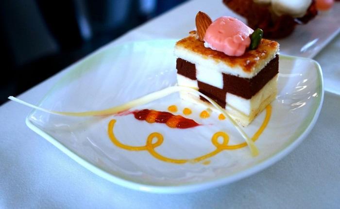 长荣航空皇玺桂冠舱级(Royal Laurel Class )的乘客,可以享用特制甜品。