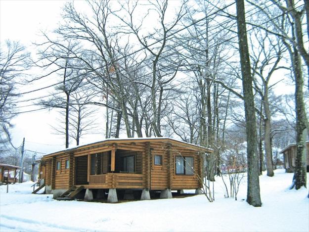 游客可以入住轻井泽王子饭店的林中木屋,在大雪纷飞的天气里,感受大自然的魅力。
