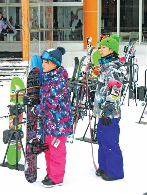 热爱滑雪的日本女生非常多,成为滑雪场漂亮的景色。