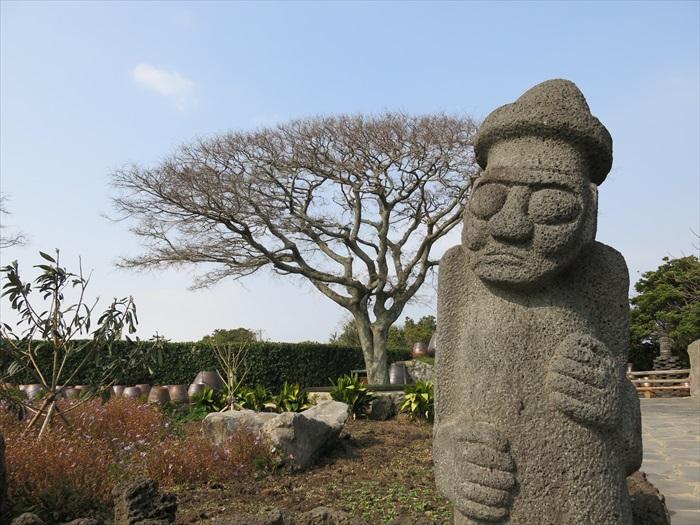 其实火山石已经完全融入济州岛居民的生活中了。图为济州岛的吉祥物石头爷爷。