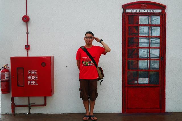 这里有个电话亭呢!