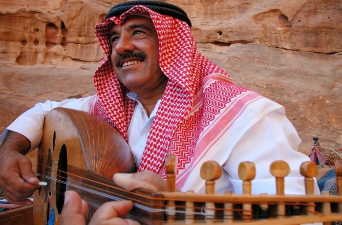 男子在佩特拉玩乌德琴