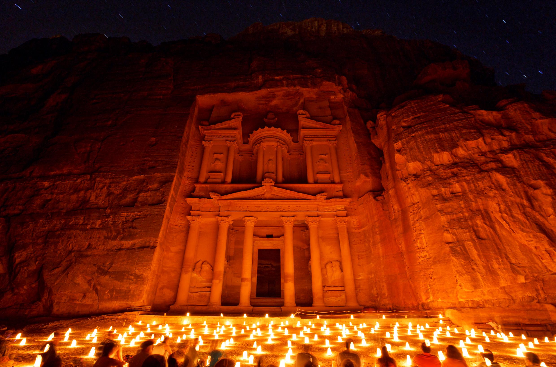 夜间佩德拉。在中央的罗马剧场,围着烛光,坐在地上,欣赏当地的文化表演。当中还有热茶招待。