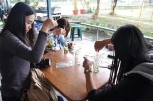 访客体验DIY制作急冻花瓶,完成后可自行带回家。